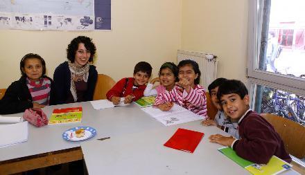 Mainz Lokales / Bei der Hausaufgabenbetreuung im FlŸchtlingslager wir